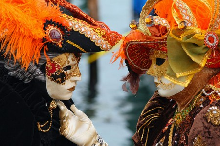 800px-venice-carnival-masked-lovers-2010-